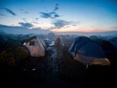 Migránsok sátrai a reggeli ködben a görög-macedón határ görög oldalán, Idomeniben 2016. március 11-én.